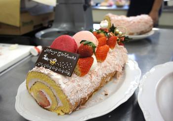 ロールケーキを応用した「ブッシュ・ド・ノエル」(大島)