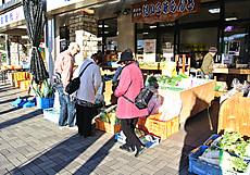 店頭には季節の野菜や果物が並ぶ