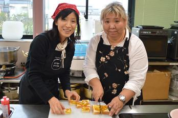 美味しい!」と大好評のパンは、すべて参加者の計良さん(左)の手作り