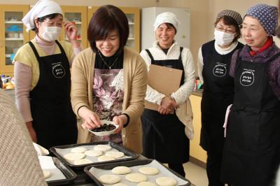 今回の講師は中村美登里さん(写真左から2番目) 15名の参加者が集まりました。